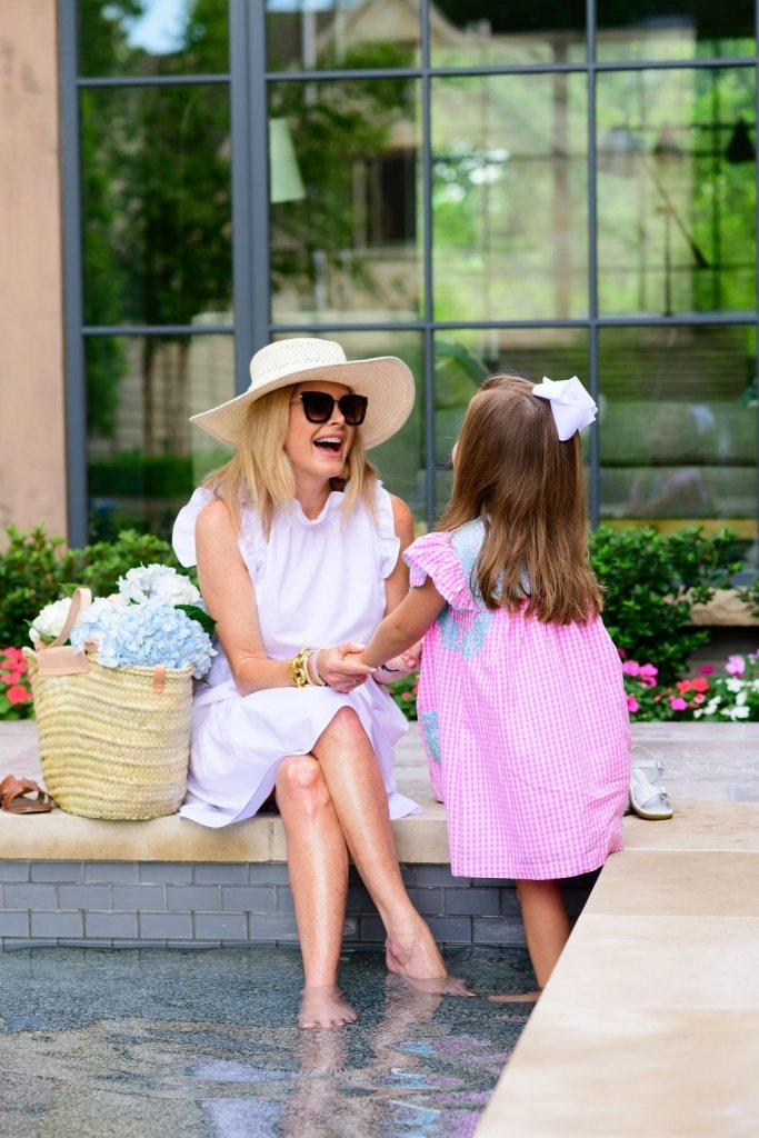 Tanya Foster having a conversation with neighbor little girl Elle